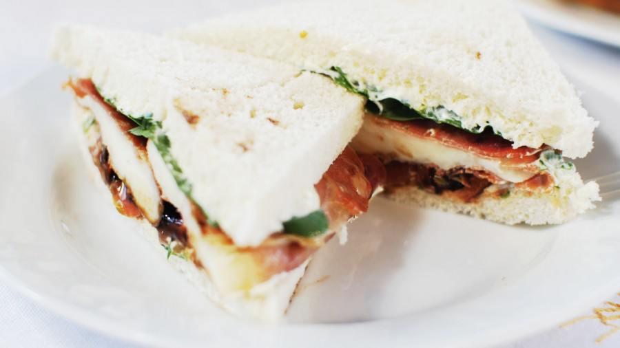 Fotopostup: Sendvič s mozzarellou, sušenou šunkou a rajčaty