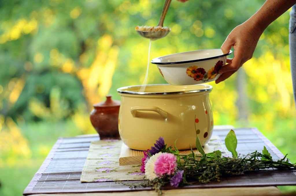Polévka, vývar, hrnec, ruce, příroda, zahrada, servírování
