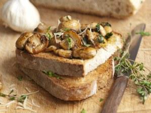 Rychlý toast a bylinkovými houbami