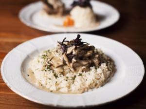 Houbová omáčka s celozrnnou rýží a seitanem