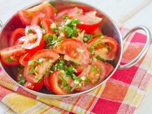 Rajčatový salát s bylinkami