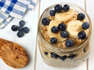 Jogurt s oříškovými müsli a ovocem
