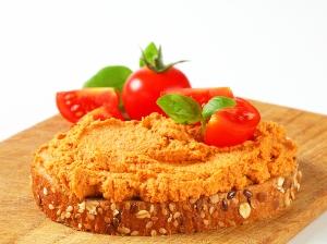 Chléb s mrkvovou pomazánkou a šunkou