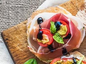 Lučinová pomazánka s olivami a parmskou šunkou