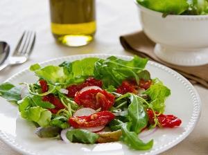 Rukolový salát s polníčkem a sušenými rajčátky