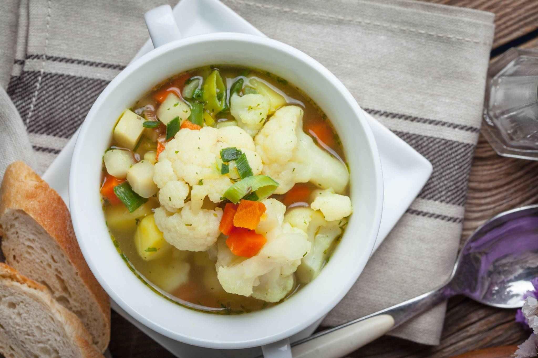 Jarní zeleninová polévka s dýňovými semínky