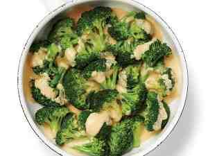 Špecle s brokolicí, kapary a žloutkovou omáčkou