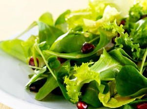 Jarní salát s konopným olejem