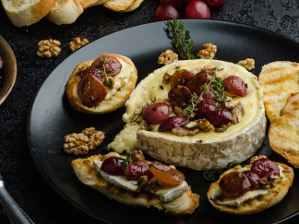 Zapečený camembert s hroznovým vínem