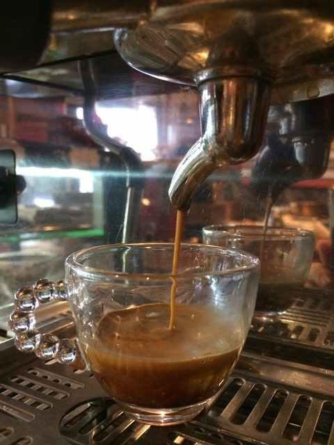 7 - 10 g jemně umleté kávy, zalisované sílou 20 kg, příprava na profesionálním kávovaru La Marzocco, Cafe Ebel, Praha.
