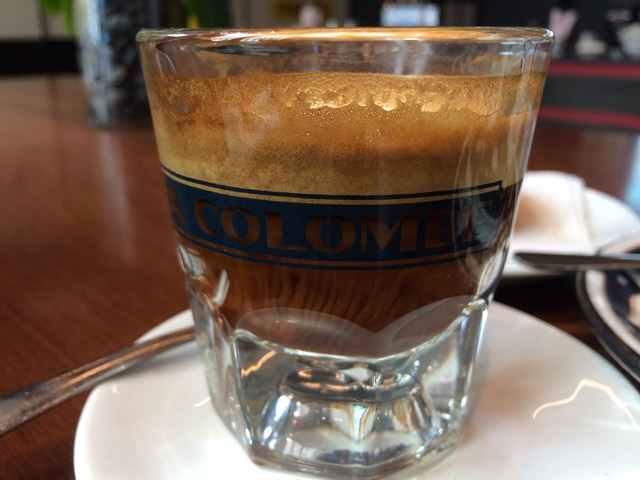 Espresso Macchiato: espresso s přidáním mléčné mikropěny, profesionální kávovar La Marzocco, Cafe La Colombe, New York City.