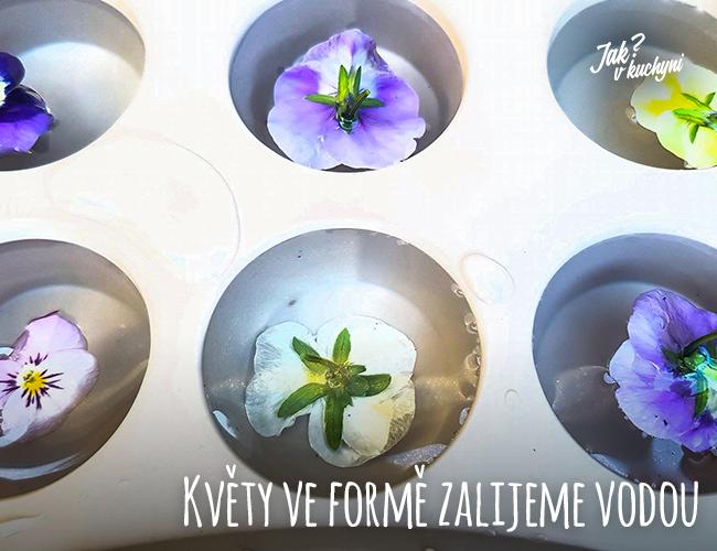 Květy ve formě zalijeme vodou