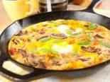 Rychlá omeleta s houbami, bylinky a rajčaty