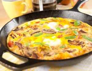 Rychlá omeletka s houbami, bylinkami a rajčaty