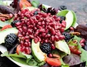 Salát s ostružinami a avokádem
