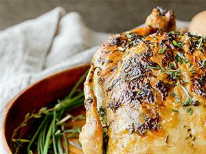 Jarní kuřátk s česnekovo-tymiánovým máslem