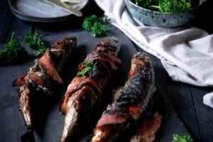Makrela s hořčicí, petrželí a slaninou