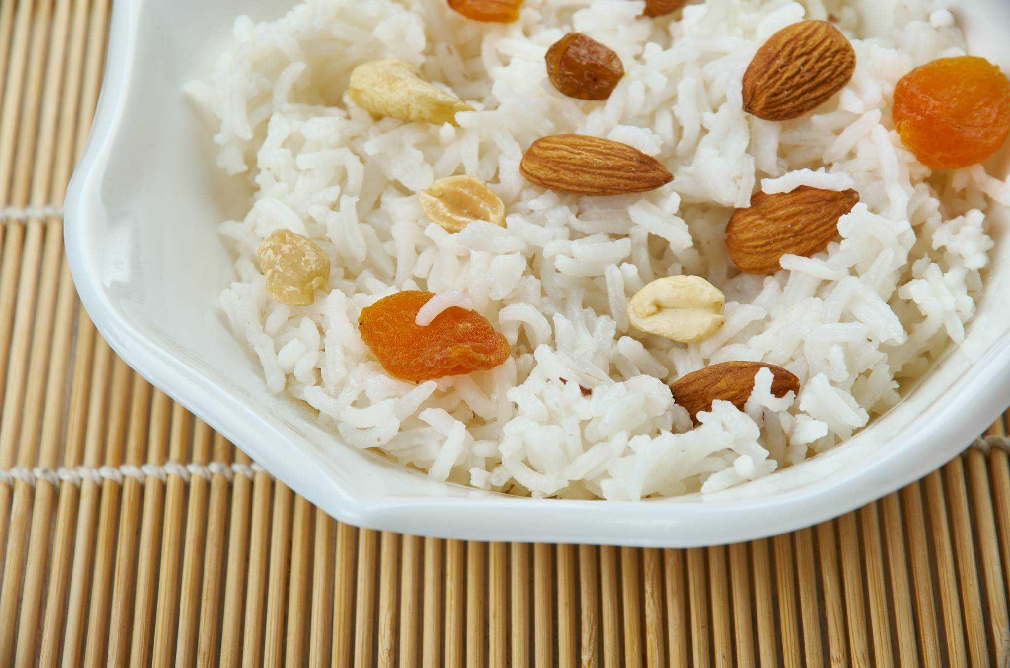 Rýže na másle s kořením a oříšky