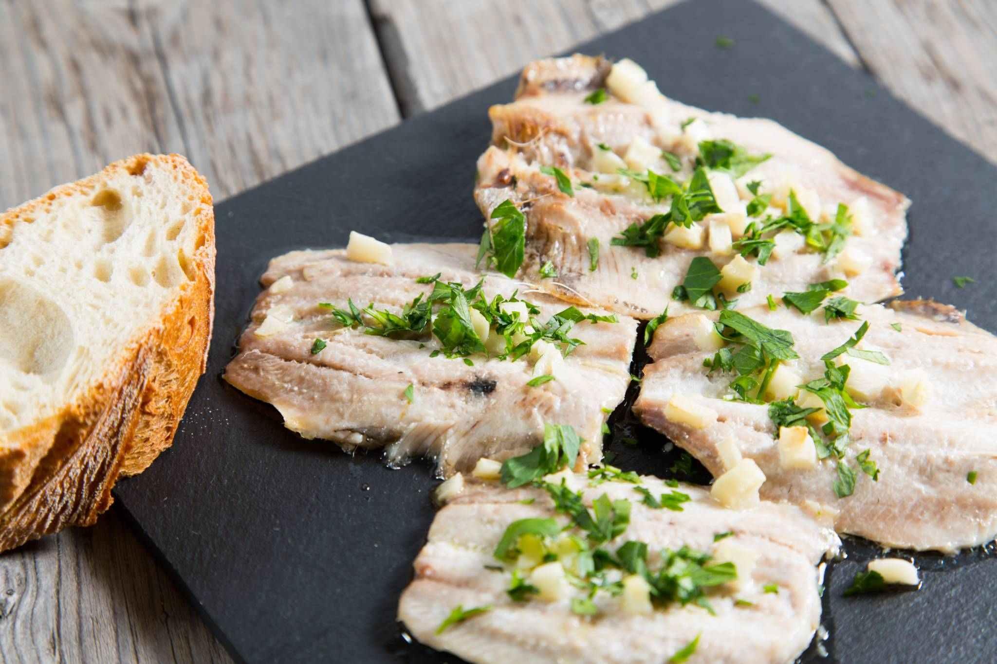 Grilované sardinky s marinádou z vína a bylinek