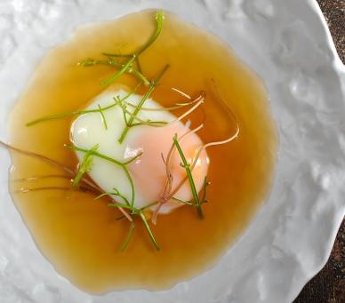 Polévka z bramborových slupek na ztraceném vejci