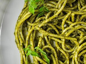 Pesto z mrkvové natě se špagetami