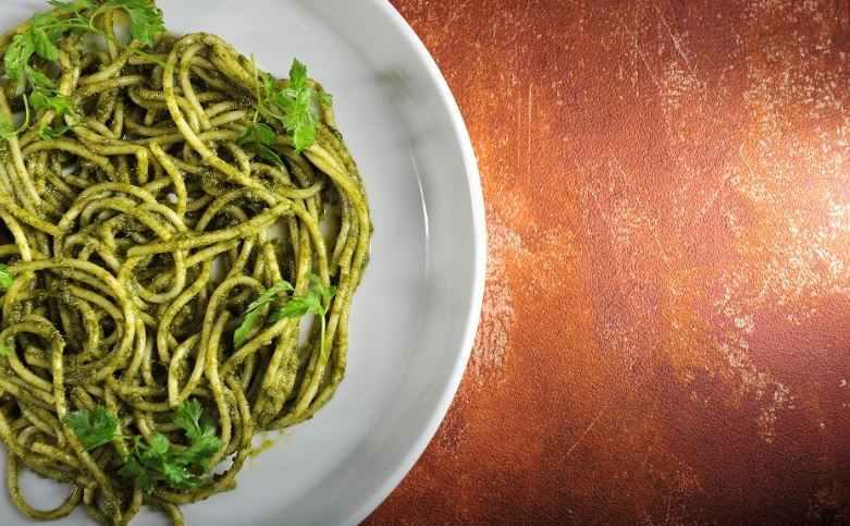 Recept na pesto z mrkvové natě se špagetami podle Igora Chramce
