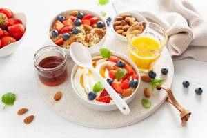 Krémová quinoa s oříšky, ovocem a medem