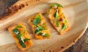 Pečená páteř zlososa pod bylinkovým salátkem