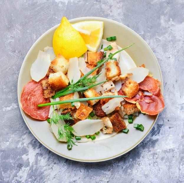 Salát z topinambur s kysaným zelím a jablkem