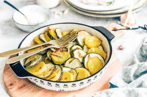 Česnekovo - sýrové brambory s cuketou