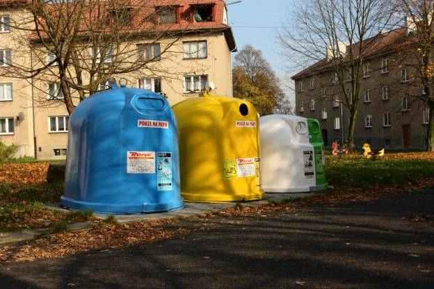 Nepořádek u kontejnerů a popelnic